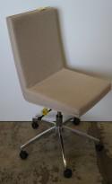 Konferansestol fra EFG, modell WOODS i lyst beige stoff / krom understell på hjul, pent brukt