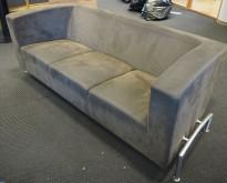 ForaForm Cox 3-seter sofa i mørk grått mikrofiberstoff, bredde 200cm, design: Olav Eldøy, pent brukt