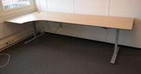 Skrivebord med elektrisk hevsenk i eik fra Linak, 270x120cm, venstreløsning, pent brukt