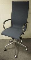 Konferansestol på hjul i blågrått stoff / polert aluminium / sort hud armlene fra Emmegi, modell EM202 Basic, pent brukt