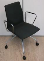 Konferansestol på hjul, Fourdesign, Danmark, modell Cast i mørkt grått stoff, pent brukt