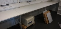 Solid arbeidsbord / arbeidsbenk, 540x70cm, metall understell i hvitt, justerbar høyde, pent brukt