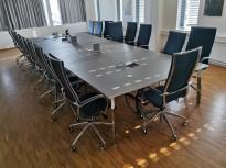 Stort møtebord fra Materia, modell: Angle, 600x230/117cm, grå linoleum plater / krom ben, 20-24 personer, pent brukt