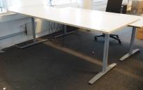 Svenheim skrivebord med elektrisk hevsenk i hvitt / forkant i kryssfiner, 240x90cm, pent brukt