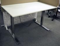 Lekkert elektrisk hevsenk skrivebord 140x82cm bordplate, krom understell, pent brukt