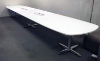 Stort møtebord Kinnarps T-serie i hvitt / polert aluminium, 600x120cm for 20-22 personer, pent brukt