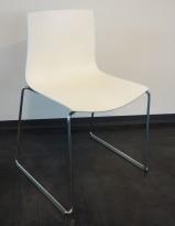 Arper Catifa 46, stablebar design-stol i hvitt med lys grå bakside / krom, meieunderstell, pent brukt