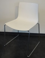 Arper Catifa 46, stablebar design-stol i hvitt med varm hvit bakside / krom, meieunderstell, pent brukt