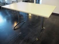 Kompakt møtebord / kantinebord / skrivebord i lys grå / krom fra Lammhults, 120x80cm, passer 4 personer, pent brukt