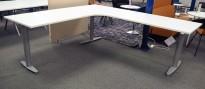 Kinnarps elektrisk hevsenk hjørneløsning skrivebord i hvitt, 220x240cm, T-serie, pent brukt understell med ny plate