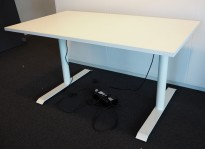 Skrivebord med elektrisk hevsenk i hvitt / hvitlakkert understell, 140x80cm, pent brukt understell med ny bordplate