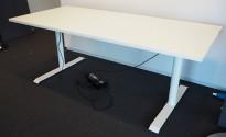 Skrivebord med elektrisk hevsenk i hvitt / hvitlakkert understell, 180x80cm, pent brukt understell med ny bordplate