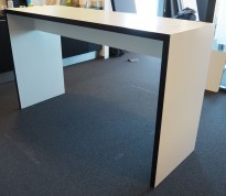Barbord / ståbord i hvitt med sort forkant, 180x60cm, høyde 105cm, pent brukt