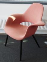 Vitra Organic, design: Charles Eames & Eero Saarinen, lyst rødt hopsack-stoff, ben i sort eik, pent brukt