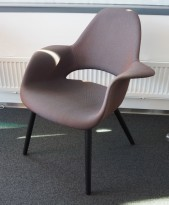 Vitra Organic, design: Charles Eames & Eero Saarinen, dyp lilla Kvadrat-stoff, ben i sort eik, pent brukt