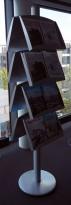 Brosjyrehylle / avishylle i grålakkert metall, 8 hyller, høyde 190cm, pent brukt