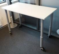 Kompakt skrivebord / avlastningsbord / printerbord på hjul, 120x60cm i hvitt / grålakkert metall, pent brukt