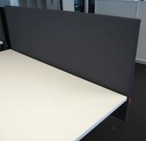 Bordskillevegg / skjermvegg for skrivebord fra Scan Sørlie, grå-grønt stoff, 140x65cm, pent brukt