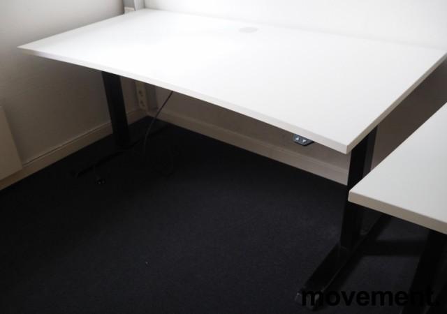 Skrivebord med elektrisk hevsenk i hvitt / sortlakkert stål fra Linak, 160x80cm med magebue, pent brukt bilde 1