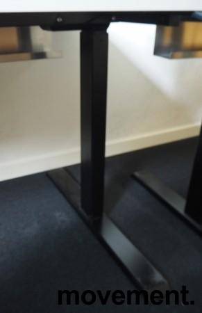 Skrivebord med elektrisk hevsenk i hvitt / sortlakkert stål fra Linak, 160x80cm med magebue, pent brukt bilde 3