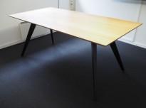 Møtebord i eik / sortlakkert metall fra Holmris, modell Cabale, 180x90cm, passer 6 personer, pent brukt