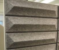 Dekorative, akustiske veggplater for støydemping i kontormiljøer fra Offecct, modell Soundwave® Ceramic, 60x60cm, grå, pent brukt