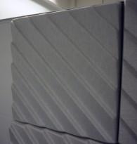 Dekorative, akustiske veggplater for støydemping i kontormiljøer fra Offecct, modell Soundwave®, 60x60cm, offwhite, pent brukt