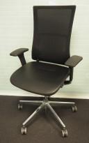 Profim Violle kontorstol i sort skinnimitasjon / sort mesh, polert aluminium fotkryss, høy rygg og armlene, pent brukt