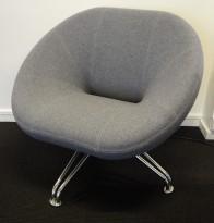 Loungestol / lenestol fra RBM, modell Sweep i blått stoff / krom, pent brukt