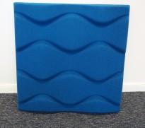 Dekorative, akustiske veggplater for støydemping i kontormiljøer fra Offecct, modell Soundwave® Flo, 60x60cm, blå, pent brukt