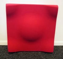 Dekorative, akustiske veggplater for støydemping i kontormiljøer fra Offecct, modell Soundwave® Swell, 60x60cm, dyp rosa, pent brukt