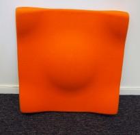 Dekorative, akustiske veggplater for støydemping i kontormiljøer fra Offecct, modell Soundwave® Swell, 60x60cm, orange, pent brukt