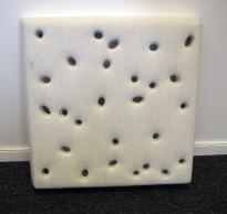 Dekorative, akustiske veggplater for støydemping i kontormiljøer fra Offecct, modell Soundwave® Luna, 60x60cm, offwhite, pent brukt