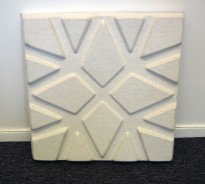 Dekorative, akustiske veggplater for støydemping i kontormiljøer fra Offecct, modell Soundwave® Geo, 60x60cm, offwhite, pent brukt