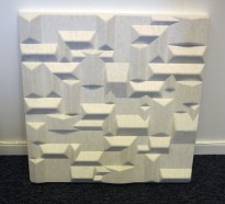Dekorative, akustiske veggplater for støydemping i kontormiljøer fra Offecct, modell Soundwave® Village, 60x60cm, offwhite, pent brukt