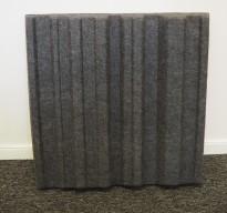 Dekorative, akustiske veggplater for støydemping i kontormiljøer fra Offecct, modell Soundwave® Sky, 60x60cm, mørk grå, pent brukt