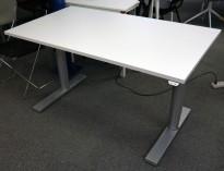 Kinnarps T-serie elektrisk hevsenk skrivebord 140x80cm i hvitt / grått, pent brukt understell med ny plate