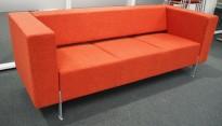 Loungesofa fra Kinnarps, modell PIO 3-seter, rødt ullstoff med oransje spetter, 203cm bredde, pent brukt