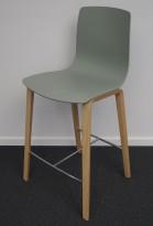 Barkrakk / barstol i støvgrønt / heltre ask fra Arper, modell Aava Counter, design: Antti Kotilainen, sittehøyde 65cm, pent brukt