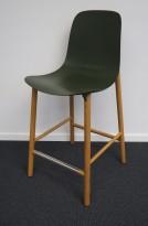 Kristalia Sharky barstol i mørk grønn / ben i eik, sittehøyde 66cm, pent brukt