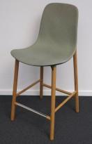 Kristalia Sharky barstol i mørk grønn / lyst grønt stoff / ben i eik, sittehøyde 66cm, pent brukt