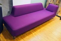 UGO 3-seter sofa fra LK Hjelle i lilla stoff, 225cm bredde, armlene høyre side, pent brukt