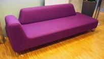 UGO 3-seter sofa fra LK Hjelle i lilla stoff, 225cm bredde, armlene venstre side, pent brukt