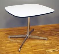 Loungebord / sofabord i hvit kompaktlaminat, forkant i sort, ben i krom, 55x45cm, høyde 46cm, pent brukt