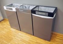 Kildesorteringsstasjon for papir, plast og restavfall i grålakkert metall fra Røros produkter, modell Femunden, pent brukt
