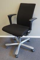 Kontorstol: Håg H04 4600 i sort stoff, armlene i sort, kryss i grått, pent brukt