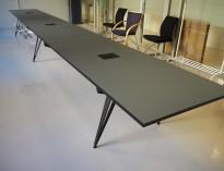 Sort møtebord i mørk grå / sort fra Lammhults, modell Attach, 700x90cm, passer 22-24personer  pent brukt