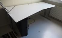 Skrivebord med elektrisk hevsenk fra Ragnars i hvitt / krom, 200x105cm, venstreløsning, pent brukt