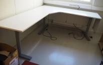 Skrivebord / hjørneløsning med elektrisk hevsenk fra Martela i hvitt / grått, 200x240, venstreløsning, pent brukt