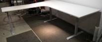 Elektrisk hevsenk hjørneløsning skrivebord i hvitt fra Edsbyn, 220x220cm, venstreløsning, pent brukt